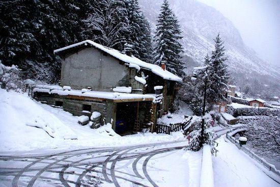 Depuis que le climat se réchauffe, les hivers sont de plus en plus rigoureux à Vèbre...Certains aiment, certains n'aiment pas....Le mois dernier,  j'ai pris quelques photos de mon village tout pres de chez moi