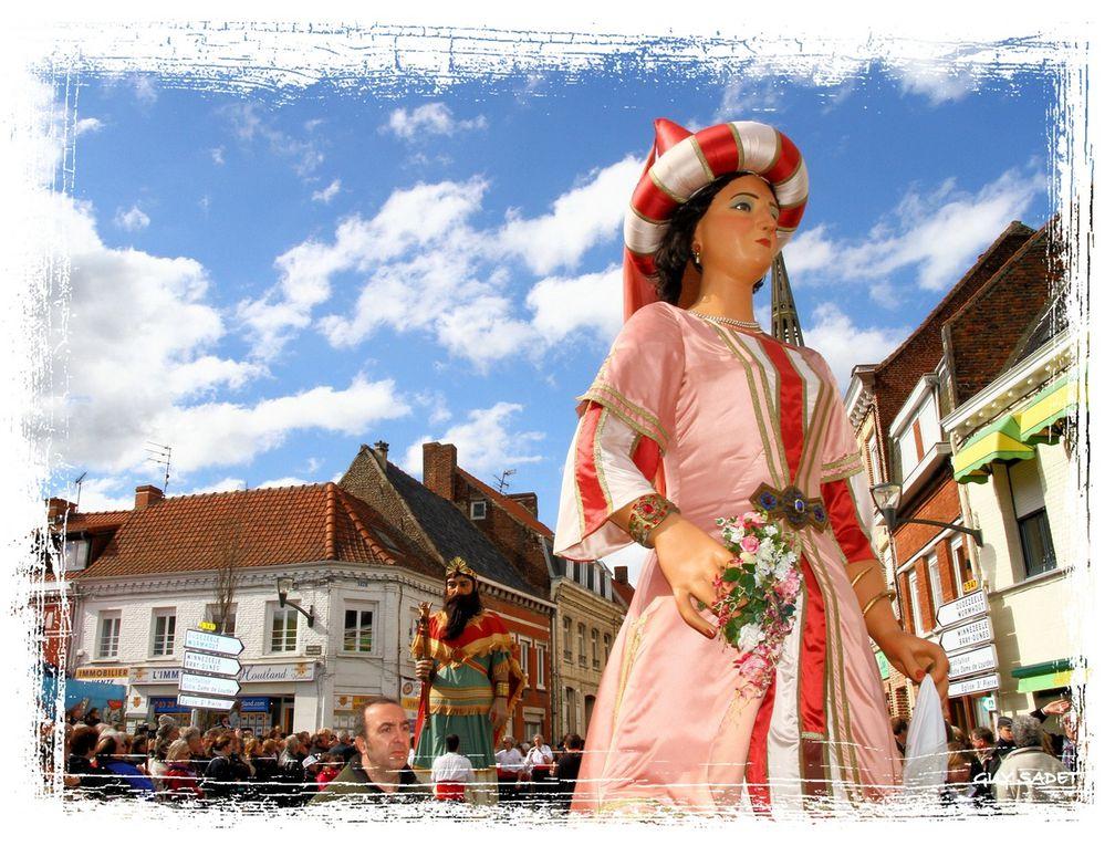 Steenvoorde , en Flandre française, au coeur des Monts des Flandres. La cinquième édition de la Ronde des Géants, c'est : 100 géants portés, 2 000 figurants, des dizaines de milliers de spectateurs, une parade qui s'étend sur plus de 4 kil