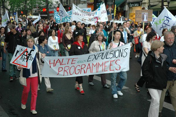 Photographies de la manifestation du samedi 13 mai 2006 à Paris. 35 000 personnes défilent à l'appel du Collectif Uni(e)s Contre une Immigration Jetable.