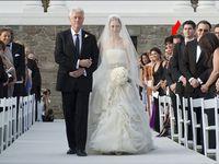 Ghislaine Maxwell, la complice de Jeffrey Epstein au mariage de Chelsea Clinton • L'ancien président,  en robe de cocktail et escarpins rouges (faites vos recherches sur le symbolisme des chaussures de cette couleur) • Fra[zz]ledrip (enlevez les crochets - faites vos recherches)