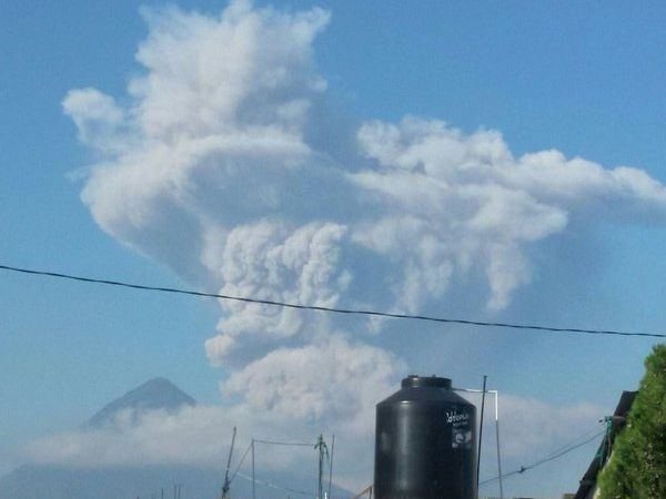 Santiaguito : development of eruptive plume 05/14/2016 - a click to enlarge   -   pictures from right to left and from top to bottom by Stereo 100 Noticias - J. Catalán vía @ stereo100xela - RT @Rigogonzalez 79 / Twitter