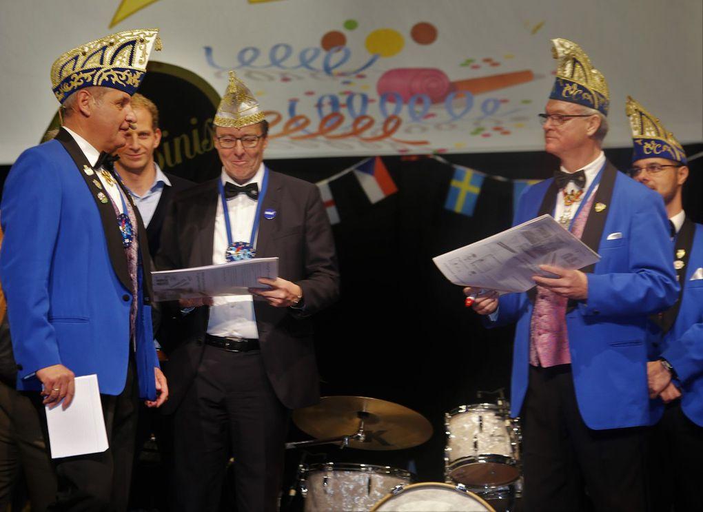 Und der Bürgermeister durfte sich am Ende seines Grußwortes noch über einen Scheck über 300 Euro freuen, den ihm Clubpräsident Elmar Knorz zugunsten der Weihnachtsaktion der Gemeinde für Bedürftige aus den Eintrittsgeldern der Faschingseröffnung überreichte.