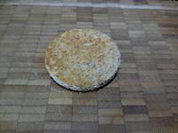 1 - Réunir tous les éléments. Mettre les oeufs à cuire. Découper à l'emporte-pièces 2 rondelles dans les tranches de pain de mie à faire dorer légèrement au four (2mn position grill). Découper de la même façon deux disques à l'emporte-pièces dans la tranche de saumon. Poser en base un disque de pain de mie, y déposer un disque de saumon et renouveler l'opération une deuxième fois. Une fois vos oeufs cuits et refroidis, les écaler et couper les 2 extrémités de chaque oeuf de façon à les stabiliser bien droits.