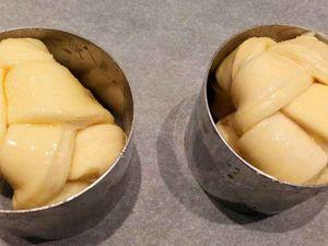 recette : : 1 ) préparez la détrempe avec 250g de farine type 45 à gros gruau +250 g de farine type 55 (le mélange de ces deux farines vous aideront à avoir un pâton facile à travailler, qui ne se rétracte pas) qu'il faut mettre dans votre bol de votre robot pâtissier avec le crochet puis sur ces farines vous y mettez sur un côté 10 g de sel , 60 g de sucre , 20 g de levure fraîche écrasée (attention il ne faut surtout pas que le sel sucre levure ne se touchent) ajoutez dessus 10 g de lait , faite tourner vitesse 1 et ajoutez petit à petit 260 g d'eau pétrir 5 min vit 1/2 2) ajoutez 50 g de beurre pétrir 10 min vit1/2 3) mettre votre détrempe dans une assiette recouverte d'un film alimentaire, puis la mettre dans une étuve ( pour recréer une étuve pour la pousse, je mets deux bols d'eau chaude dans mon four , pour faire monter la température à 25°/28° ) pendant 60 min 4) rabattre le pâton (chassez le gaz, votre pâte ne sera pas forcément gonflée) 5) remettre en boule , filmez au contact et mettre au frais pendant 30 min 6) préparez votre beurre de tourage, 250 g de beurre doux ( lui donner une forme plate dans une feuille à pâtisserie 25/25) 7) sortir votre pâton du frigo + beurre 8) étendre votre pâton en rectangle de 30/ 60 9) mettre votre beurre au milieu et rabattre les bouts pour renfermer celui ci 10) donner un tour simple (pliage en trois) puis au frais 30 min puis donnez une tour double 11) mettre au frais 30 min 12) étendre votre pâte 30 cm sur 80 cm , saupoudrez généreusement de sucre en poudre ,détaillez 8 à 9 rectangles dans la longueur, puis découpez dans la largeur trois bandes, procédez au tressage , les rouler sur elle même  et les installer dans des petits cercles comme sur la photo 13) laissez pointer 1h à température ambiante 14) badigeonnez d'oeuf  15) cuire à four chaud 180° pendant 20 à 25 min (surveillez bien la cuisson)