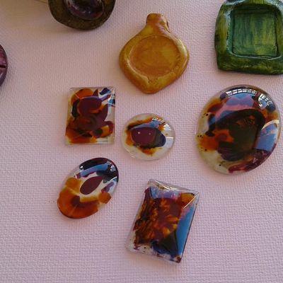 atelier art thérapie, essai peinture vitrail sur cabochons de verre, et pendentifs en argile naturelle, restons zen ... magnifique, regardez