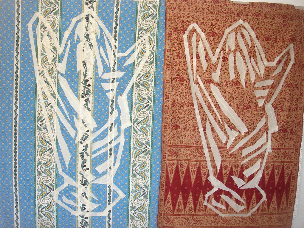 Enroulée dans un drap, je me suis prise en photo. Cette image je l'ai exprimée en batik. Technique traditionnelle asiatique, le batik a les mêmes caractéristiques répétitives que la routine de ma vie quotidienne. Ce travail est un exercice de