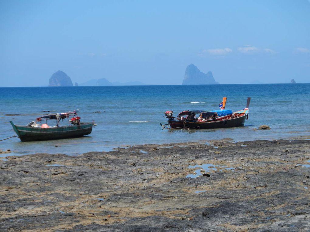 Ko Bulone, à quelques heures de Ko Sukorn est plus touristiquée, avec ses nombreuses baies bien abritées. La mer y est aussi plus claire.