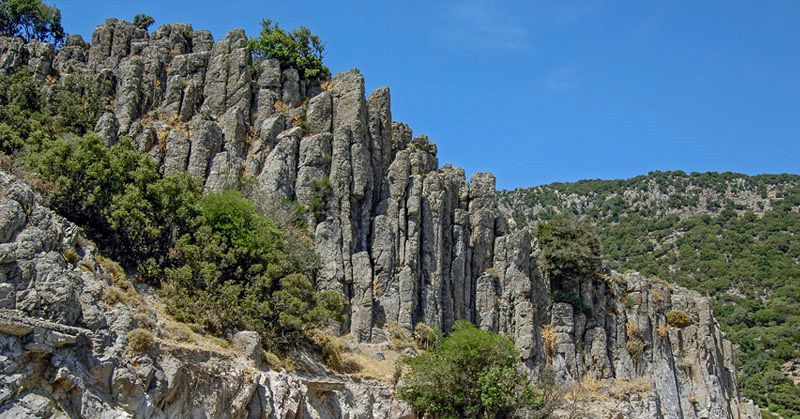 Lesbos - Pelopi basalt organ formed due to the rapid cooling of lava intrusions in soft pyroclastic materials on the flanks of the Leptymnos volcano (geosite n ° 19) - photo Lesvosgeopark