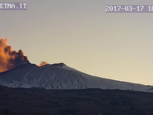 Etna - high emissions of ashes seen on 17.03.2017 at 18h / Guide Etna; at 18h03 / webcam therm INGV; at 18:49 GMT / Osservatorio Meteorologico Nunziata webcam 2 (from E) - one click to enlarge.