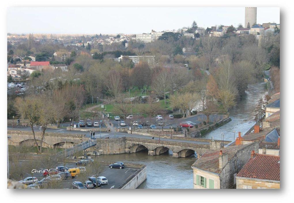 la terrasse; un panorama à 360° vue sur la Sèvre,  l'église St Etienne à l'Ouest, l'église St André au Nord, le Pilori et l'église St hilaire à l'Est, la Mairie, l'église Notre Dame et la prison au Sud