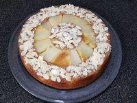 3 - Faire fondre la pralinoise quelques secondes au micro-ondes ou au bain-marie. Incorporer dans la préparation en laissant des marbrures (en garder un peu pour la décoration) et verser la pâte ainsi obtenue dans le moule. Enfourner pour 40 à 45 mn th 6,5 (175°). Le gâteau doit être doré et bien gonflé. Sortir du four, démouler sur une grille et laisser refroidir. Placer un bol retourné au centre du gâteau. Badigeonner tout autour de pralinoise fondue avec un pinceau alimentaire. Recouvrir d'une couche d'amandes effilées. Retirer le bol et disposer au centre du gâteau un petit cercle de cuisine, étaler à l'intérieur une petite couche de pralinoise fondue et parsemer également d'amandes effilées, retirer le cercle. Servir en fin de repas ou au goûter.