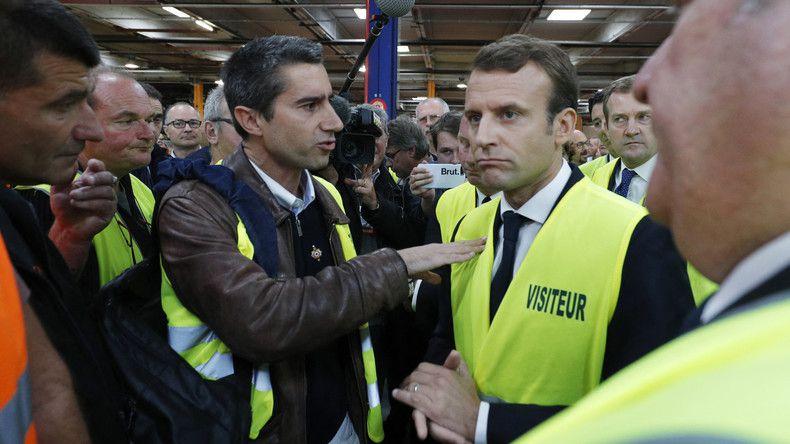 François Ruffin échange avec Emmanuel Macron, lors de la visite du chef de l'Etat sur le site de Whirlpool à Amiens en 2017