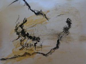 LES RACINES S'EMMELENT DANS LE SOL Nous pouvons imaginer les racines tortueuses des vignes faisant leur chemin dans le sol sec et dur. Elles se tortillent, se glissent, s'emmêlent afin de puiser au fin fond la nourriture rare enfouie, ces quelques gouttes d'eau, ce nectar sauveteur des canicules estivales. Papier, charbon de bois, mine de plomb, ocres de vigne.