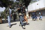 A Jalalabad, les talibans ouvrent le feu sur des manifestants qui brandissent le drapeau afghan