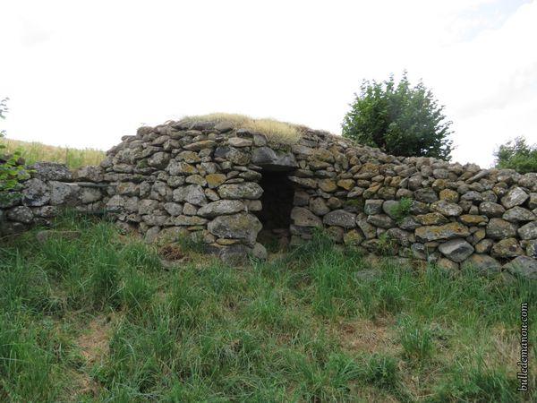 Une chibotte intégrée dans un mur de pierres sèches