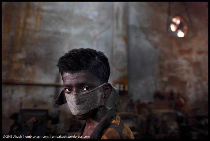 Blenngadesh. 8€/mois pour du t-shirt. GMB Akash photographie le travail des enfants…