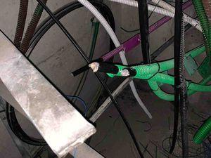 Des câbles ciblés avec précision et découpés à la disqueuse .