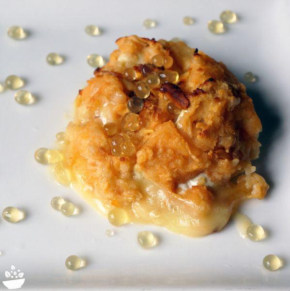 Camembert rôti à la pomme, pignons de pin et billes de miel