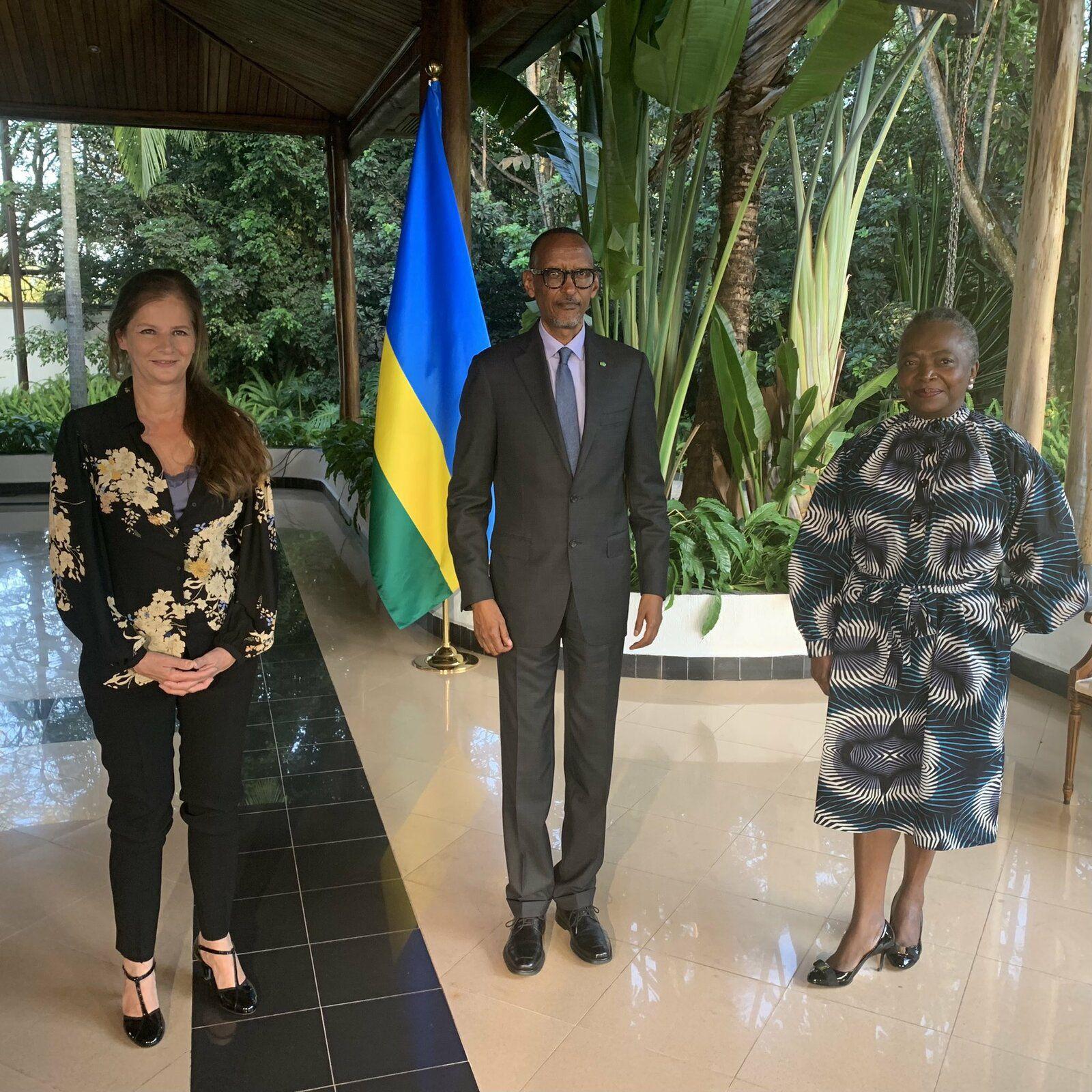 Kagame pose avec les journalistes de TV5 qui l'ont interviewé