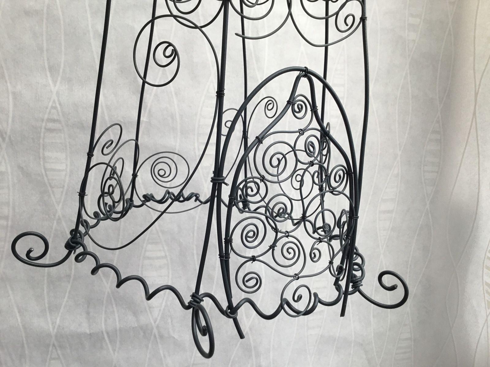 Jolie cage stylisée en fil de fer gainé noir. À suspendre ou poser. Très légère. 34 x 28 cm.