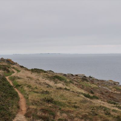 Sentier côtier sur la côte sud  de Belle- Ile en mer.