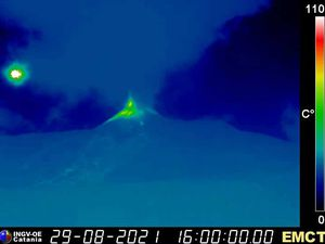Etna SEC - 08/29/2021 / 3:57 p.m. and 4 p.m., LAVE and INGV webcams respectively - one click to enlarge