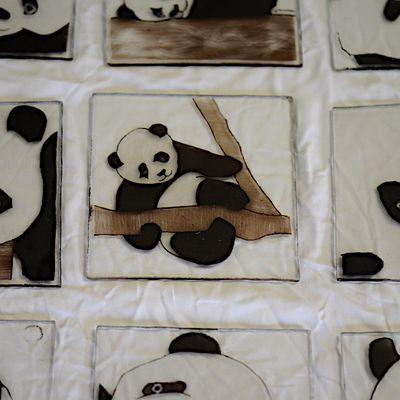 Peinture sur verre de pandas à la grisaille