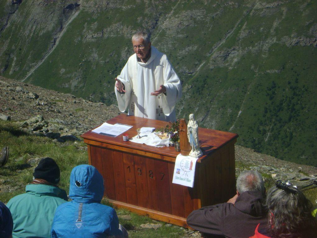 Cent personnes au sommet de Tierce (2 973 m) pour le pèlerinage 2012.  Photos : EM.Tracq