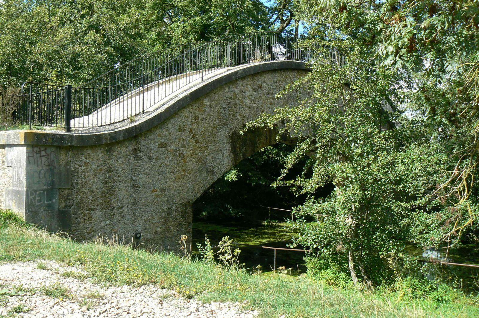 Montry : l'aqueduc de la  Dhuis traverse le canal latéral du Grand Morin