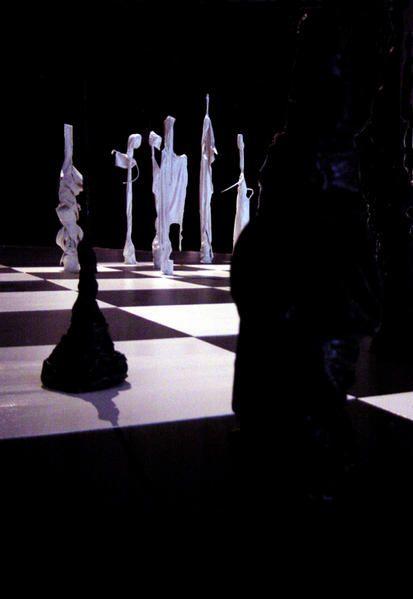 "sculptures matières mixtes ""Jeu du monde"". Installation"