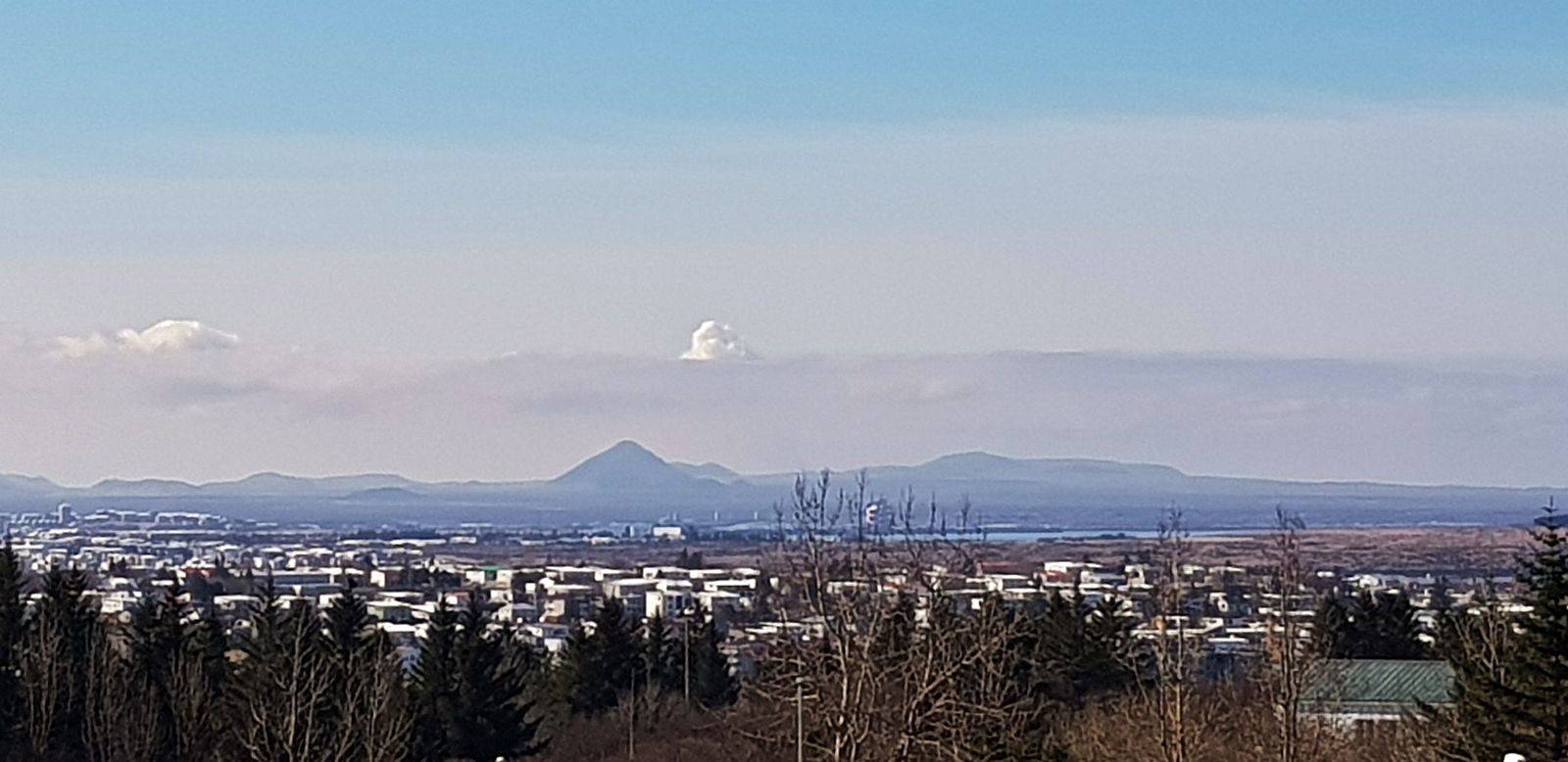 The eruptive plume of Gelingadalur visible from the IMO on 04.26.2021 - photo Kristín Jónsdóttir