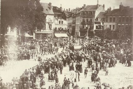 Quartier centre ville : la place du Champ de Mars.