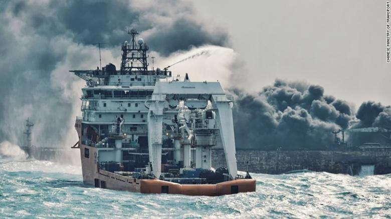 Chine: Le pétrolier iranien a coulé, libérant une marée noire de 20 kilomètres de long