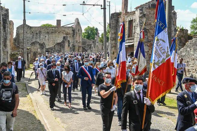 Précédé des enfants de l'école d'Oradour-sur-Glane et des porte-drapeaux, le cortège des familles et des représentants a traversé le village martyr ce jeudi après-midi pour la 77e commémoration du massacre. © Thomas JOUHANNAUD
