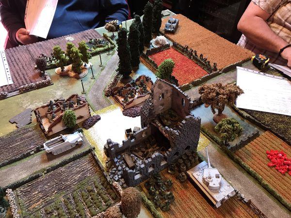 Pendant que les troupes regulieres allemandes occupent les maisons, le tigre aligne tranquillement le Sherman..celui n'ira pas plus loin !