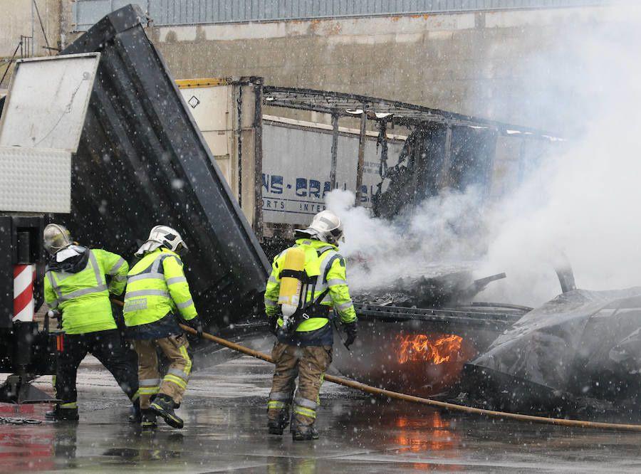 Camiones quemados en el Polígono San Cristóbal de Valladolid.- El Muni.