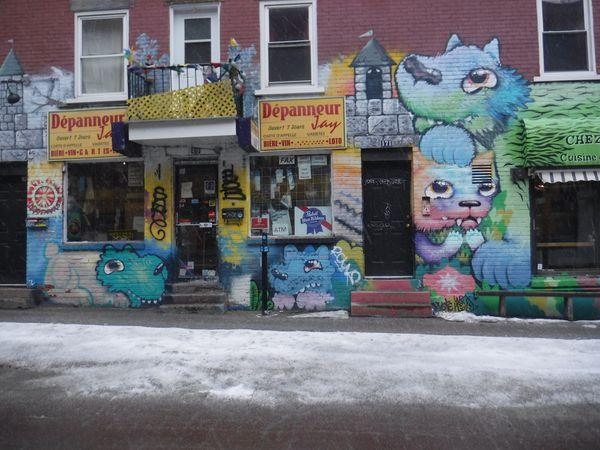 Cryote invite à sortir de la torpeur du quotidien avec ses peintures mettant en scène des créatures fantastiques aux airs de chats et de chiens.