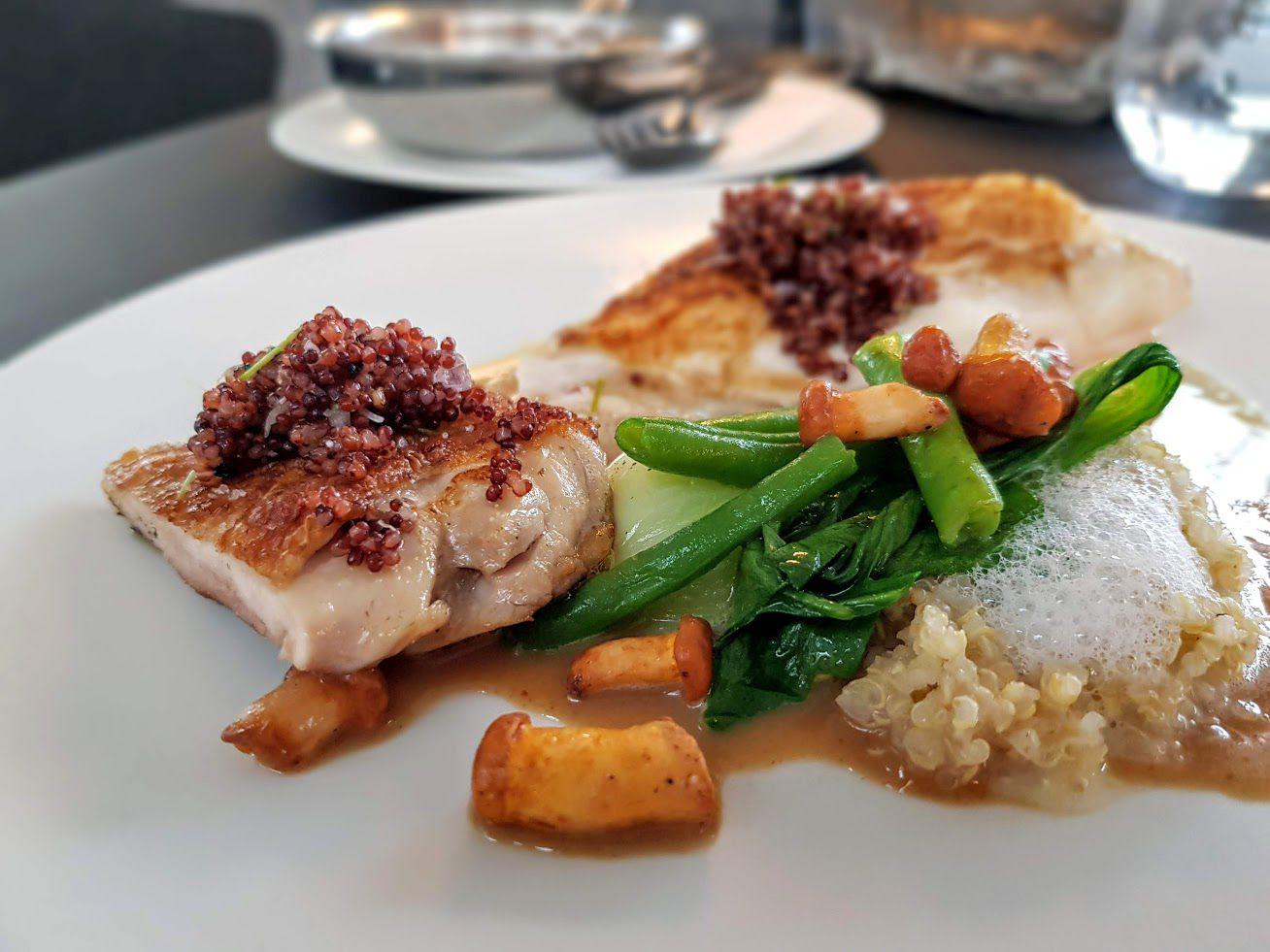 Poitrine de volaille grillée rafraîchie au Kurakkan et quinoa, jus mousseux au pain et à l'anchois LA Halle aux Grains restaurant Paris 1er