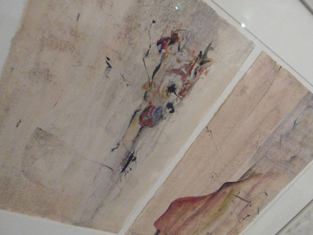 Dans la belle ouverture de la salle capitulaire nous faisons connaissance avec Claudia Peppel, au micro nous avons pu écouter Séverine Bompays présenter L'exposition de l'artiste. Il y a quatre ans nous avions pu découvrir les tableaux de l'artise exposées au musée de l'échevinage à Saintes.  A très bientôt dans ce second lieu historique de Saintes....                                                                                     Dans un autre parc, à peu de distance de cette exposition nous avons pu rencontré des passionnés de cartes postales et de timbres... Un expo qui dure ce samedi 13 et dimanche 14.