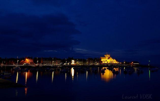 Le port et l'église St Nicolas de Barfleur la nuit