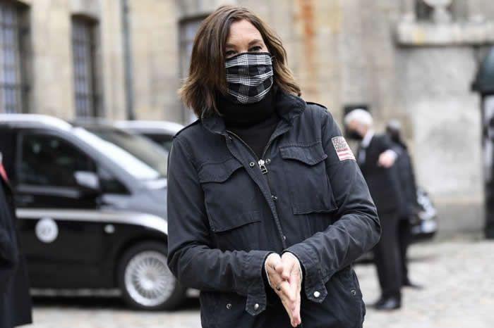 Zazie, masquée, était présente aux obsèques de Juliette Gréco. − AFP