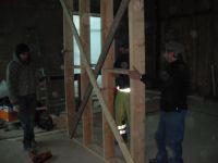A l'aide d'une équerre, nous assemblons les premières planches. Une fois le premier cadre prêt, on le relève pour le mettre en place et le visser aux morceaux de bois fixés au sol.