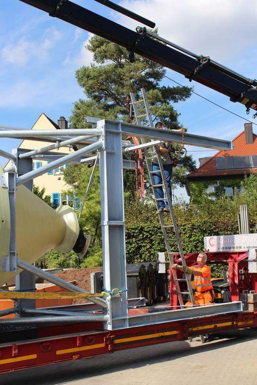 Mit einem sechs Tonnen schweren und auf 21 Meter ausfahrbaren Mobilkran wurde das Silo anschließend auf das Fundament gehoben. Am Ende passte die Konstruktion wie angegossen.