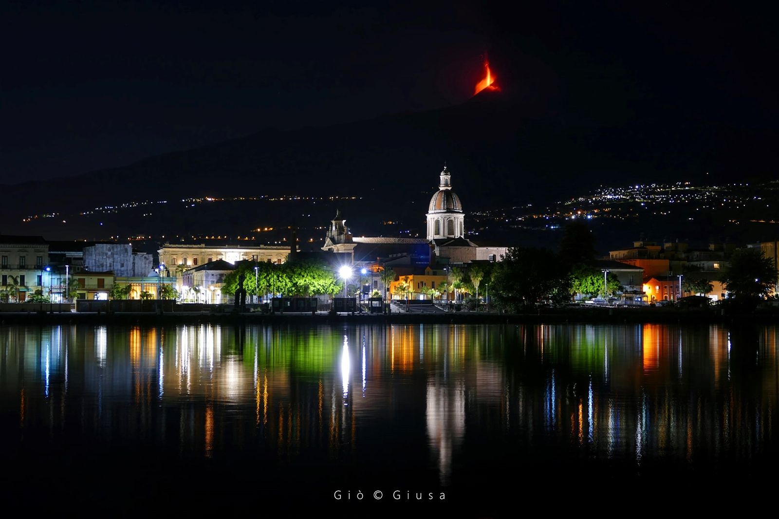 Etna SEC - 24.05.2021 - lava fountain, view of Marina di Riposto - photo Gio Giusa - one click to enlarge all photos