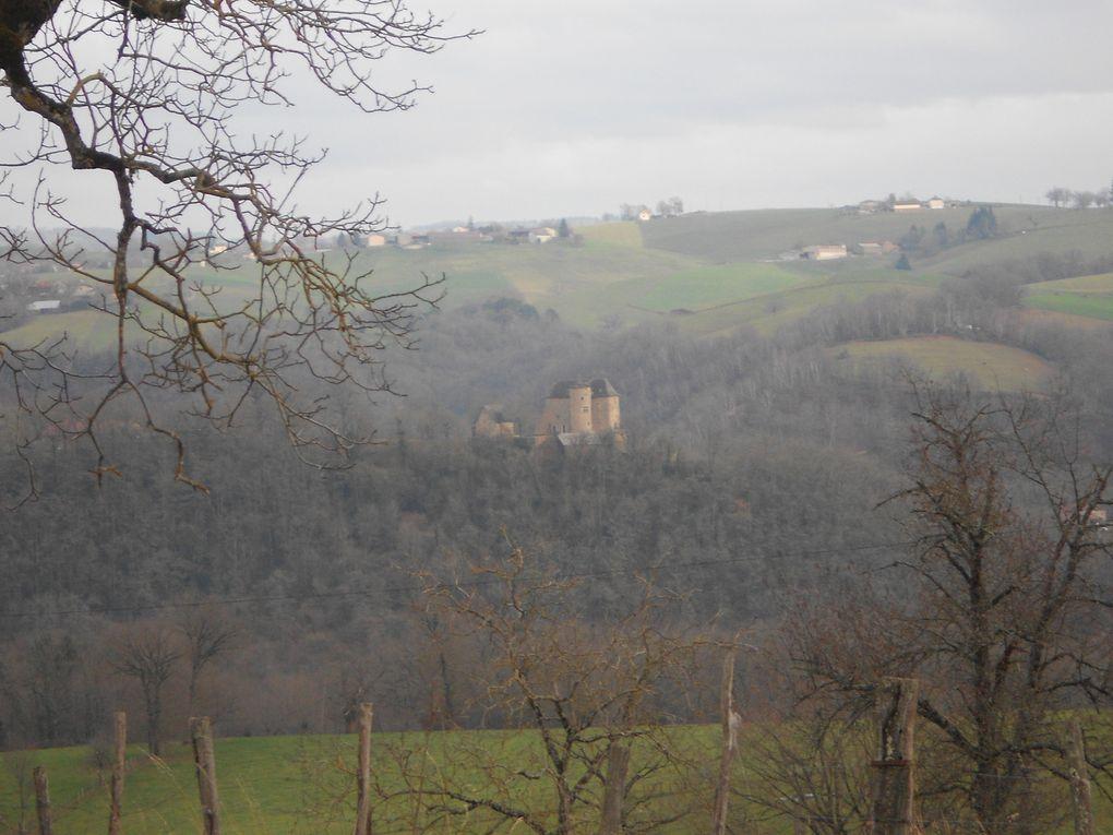 3ème photo, le TER passe au pied du château entre les arbres ;)