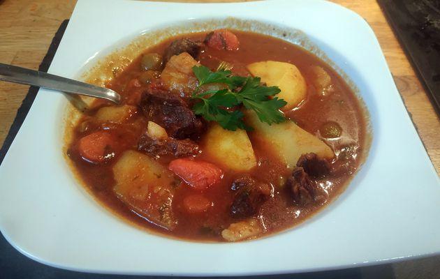 Ragoût de bœuf pommes de terre, carottes et olives.