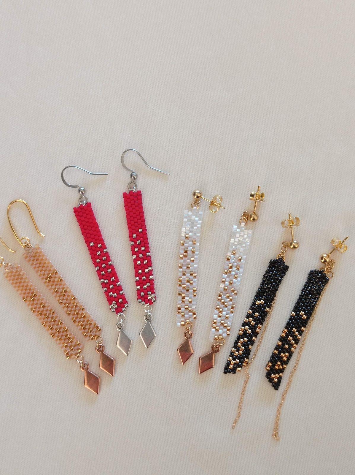 REF.VN242- 4 PAIRES DE BO :  Perles de verre, zamac, crochets métal dorés européen , acier chirurgical, clous métal européen. Long. moyenne 7cm, l'art. 0,7cm. 22€.la paire.