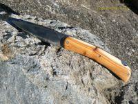 Prototype d'un couteau pliant en push lock, manche en genévrier et lame en inox 440.