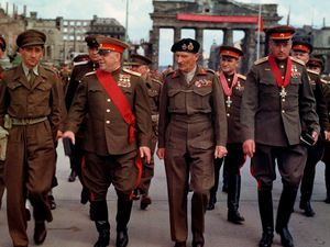 Comme les soviétiques, hier, les citoyens de la Fédération de Russie savent aujourd'hui que leurs parents ont remporté la victoire à Berlin! En 2018, jamais le fossé n'a été aussi grand entre la mémoire des uns et le défaut de mémoire des autres. Ceux, en Occident, dont la mémoire est remplacée par... le cinéma! Deuxième image: Le maréchal Gueorgui Joukov, deuxième en partant de la gauche et le général Konstantin Rokossovski, premier en partant de la droite. Derrière eux la Porte de Brandebourg à Berlin.