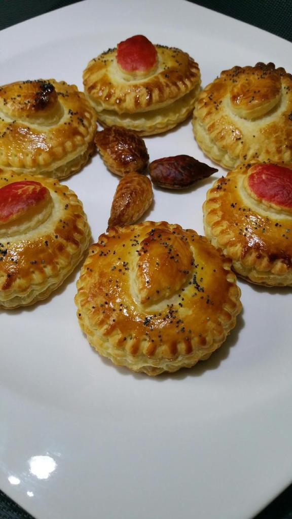mini-tourtes feuilletées oeuf/poireau, olives et pignons